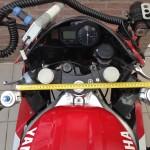 Roughly at this width the triple clamps on the North Pole Bike will hold the front forks ••• Circa op deze breedte moeten de kroonplaten bij de Noordpoolmotor de voorpoten vastklemmen