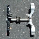 Upper (black) and lower triple clamp ••• Bovenste (zwart) en onderste kroonplaat