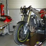 Stripping the bike ••• Strippen van de motor